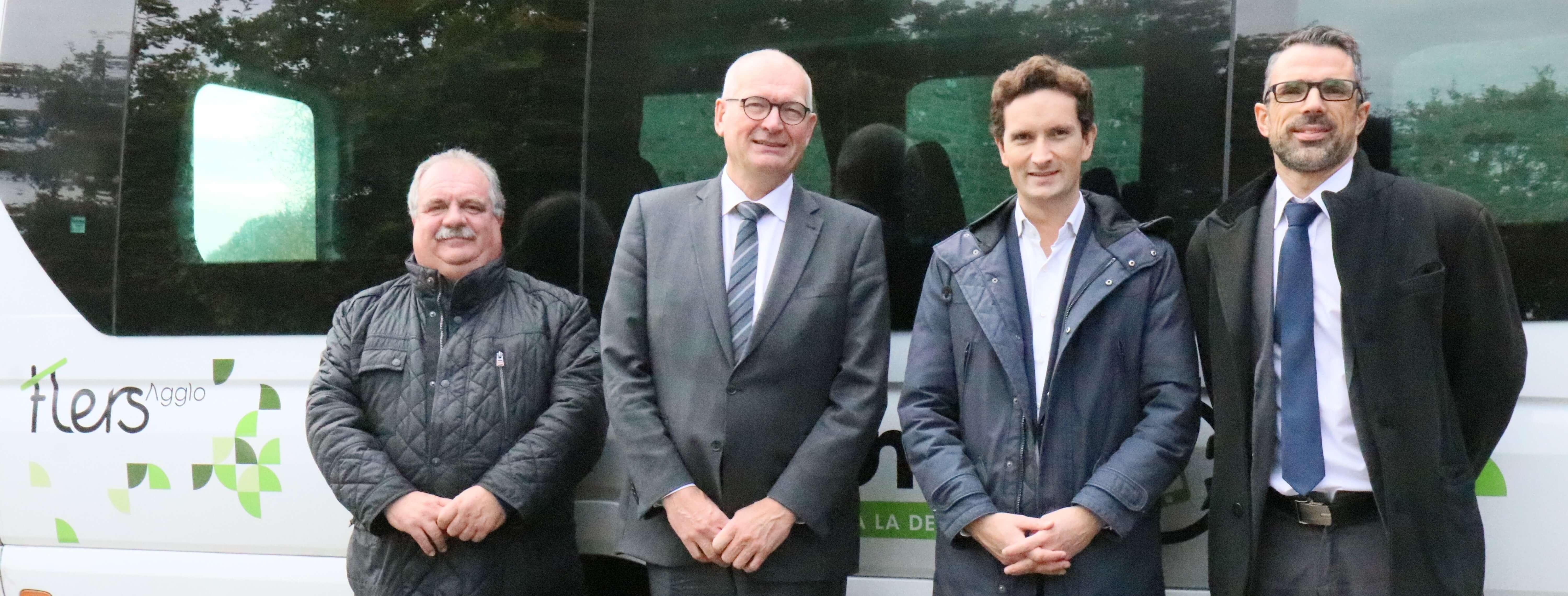 De gauche à droite : Stéphan Gravelat (vice-président de Flers Agglo, délégué aux Transports et à la Mobilité), Tristan Guillemard (Directeur du Pôle régional Normandie de Transdev), Olivier Binet (Président de Karos) et Ludovic Lefèvre (Directeur de VTNI Orne).